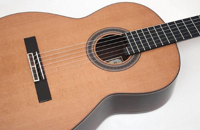 Как выбрать новичку акустическую гитару